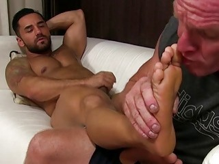 Buff daddy just wants to suck on some toes