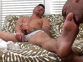 Hunk jerks off while black stud worships his bare feet