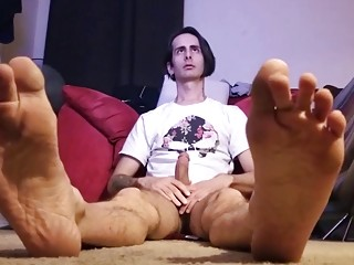 Check out his feet while he pleasures himself